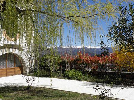 jardin, façade et les Alpes du Sud en arrière plan. garden, facade and the Southern Alps in the background. Garten, Fassade und die Südalpen im Hintergrund.